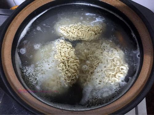 排骨汤面的做法