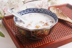 养颜美容的牛奶炖桃胶的做法