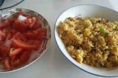 尖椒洋葱鸡蛋炒饭+冷冻糖拌西红柿的做法